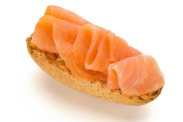 Pain avec filet de saumon frais isolé, vue du dessus.
