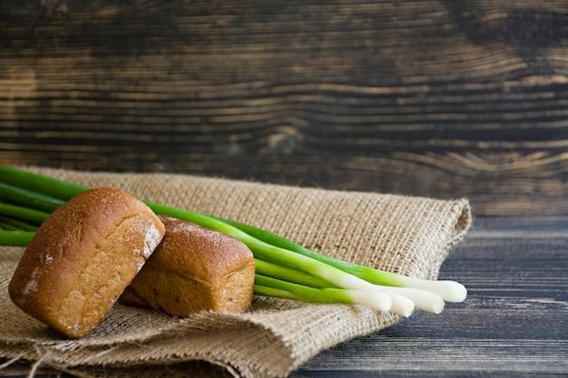 Pain fraîchement cuit et oignon vert