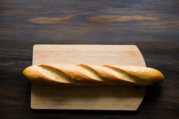 Pain fraîchement cuit sur une table en bois.