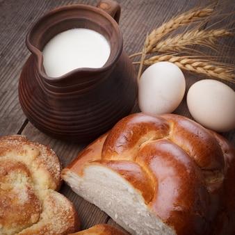 Pain frais de challah avec du lait et des œufs sur la table