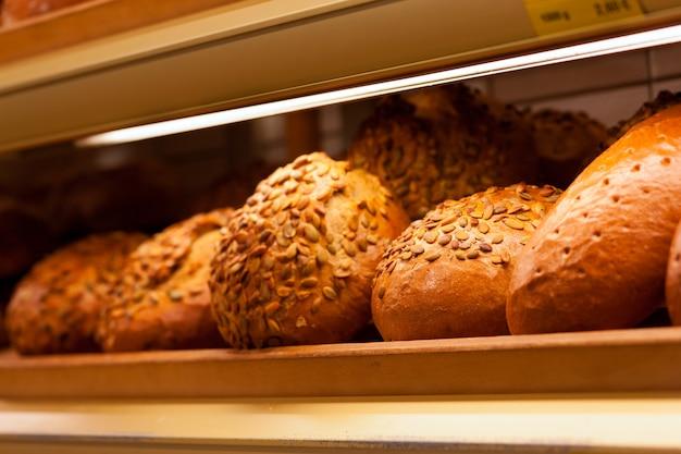 Pain frais dans l'étalage d'une boulangerie