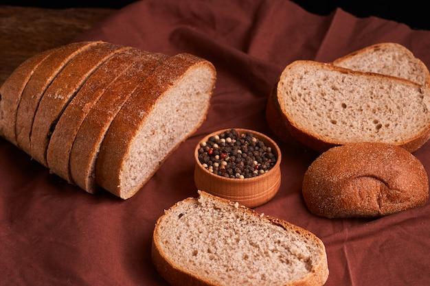 Pain frais fait maison. croustillant. pain au levain. pain sans levain. pain diététique