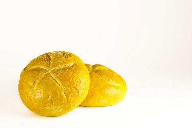 Pain frais fait maison sur fond blanc. petit pain au four, petit pain rond sur fond blanc.