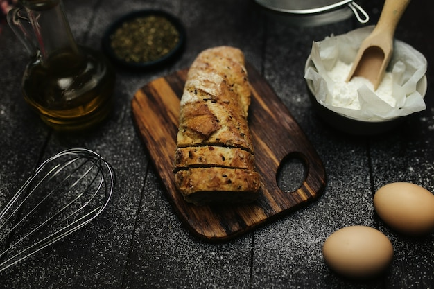 Pain frais et ingrédients de cuisson sur une table. photo de haute qualité