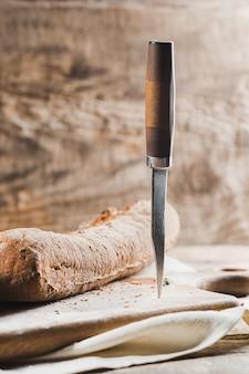 Pain frais sur table et couteau