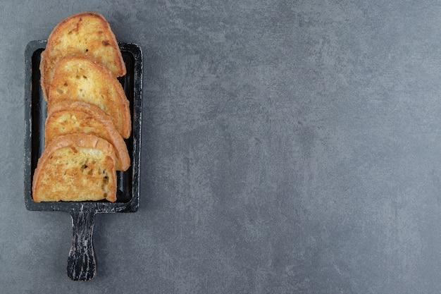 Pain frit avec oeuf sur tableau noir.