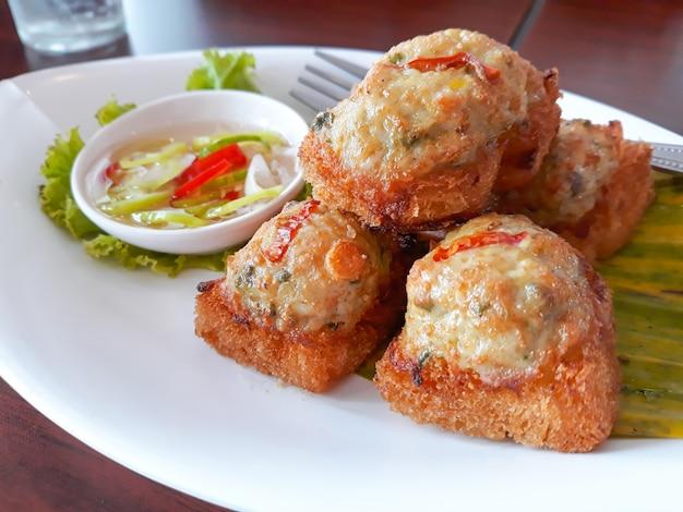 Pain frit avec tartinade au porc hachée, cuisine thaïlandaise.
