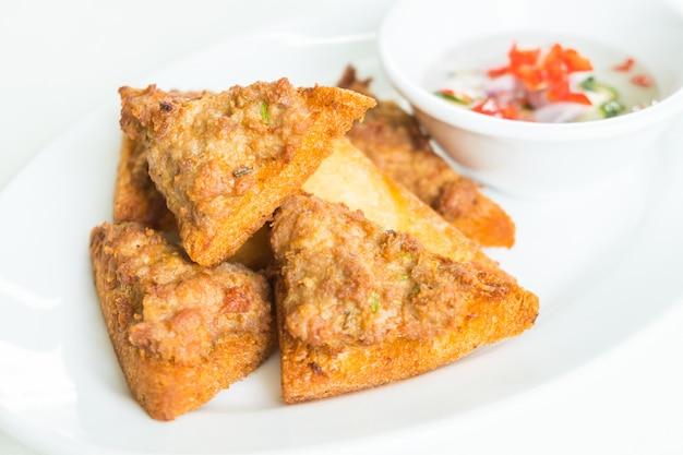 Pain frit avec tartinade de porc hachée