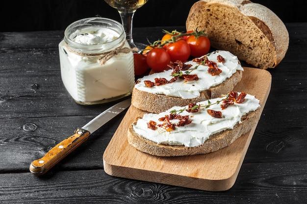 Pain et fromage sur la table
