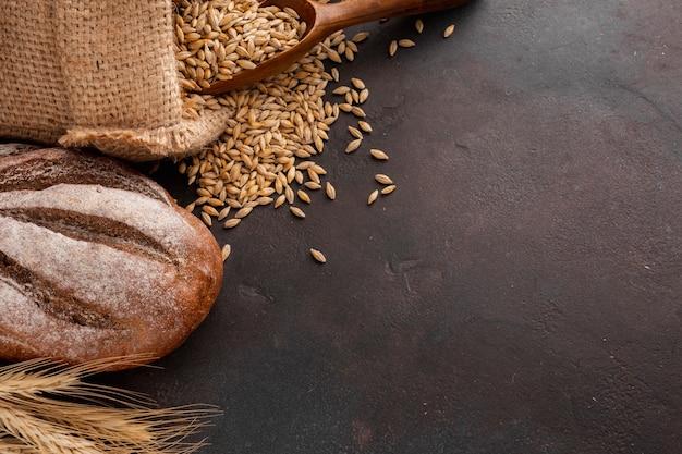 Pain et graines de blé dans un sac de jute