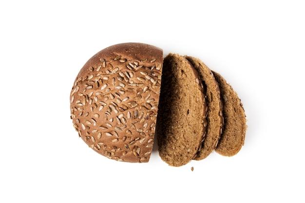 Pain de grains entiers avec des graines tranchées. isolé sur blanc.