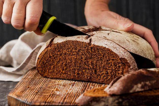 Pain de grains entiers sur une planche à découper vue de face