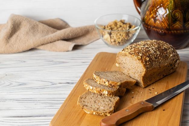 Pain de grains entiers sain sur planche de bois dans la cuisine