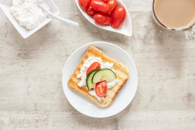 Pain grillé au fromage et aux légumes et café
