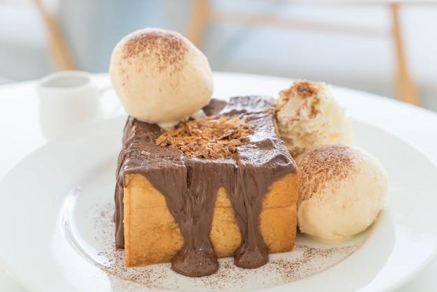Pain grillé au miel avec glace à la vanille et chocolat