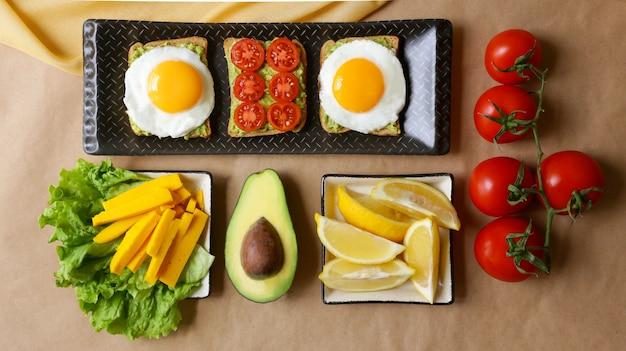 Pain grillé à l'avocat et œufs brouillés pour le petit-déjeuner