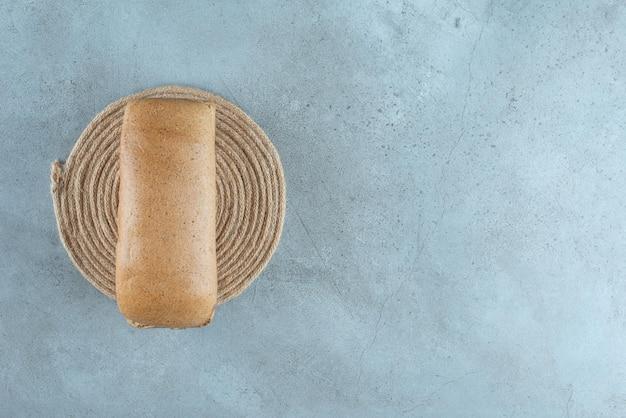 Pain grillé brun sur une surface en marbre.