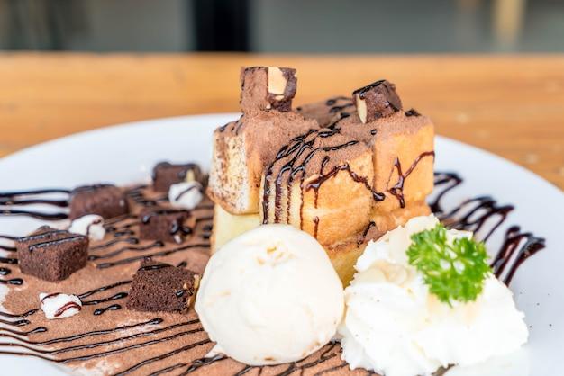 Pain grillé avec glace à la vanille et brownies au chocolat