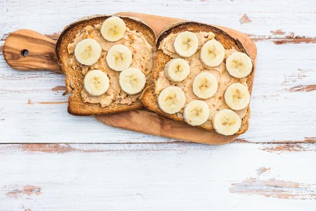 Pain grillé avec pain d'arachide et banane