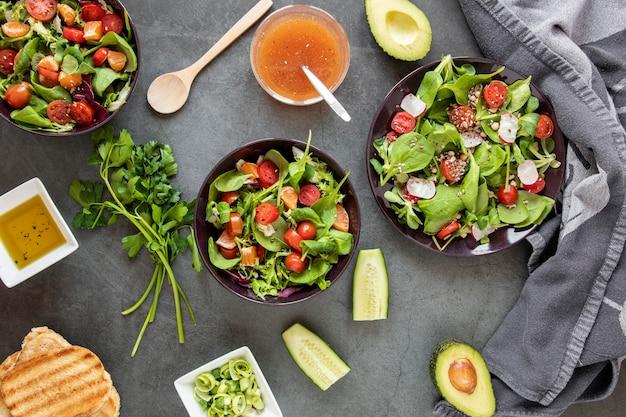 Pain grillé avec salade fraîche