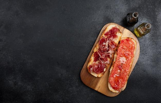 Pain grillé à la tomate et au jambon espagnol, petit-déjeuner ou déjeuner traditionnel