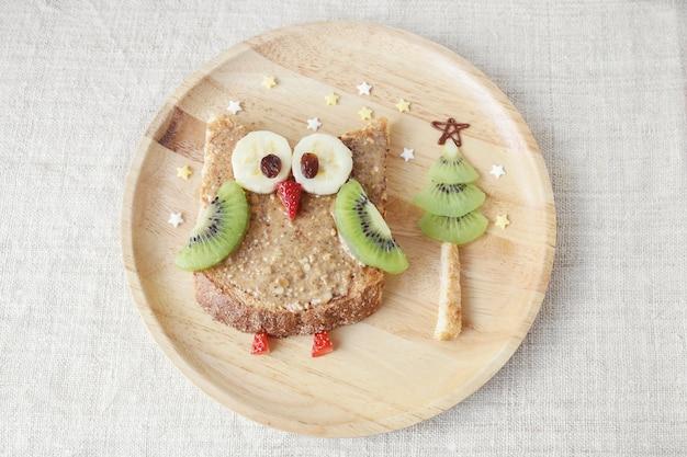 Pain de hibou de noël avec des fruits, petit-déjeuner de l'art de la nourriture pour les enfants