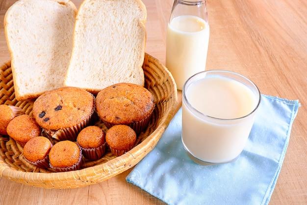 Pain et lait petit-déjeuner sain