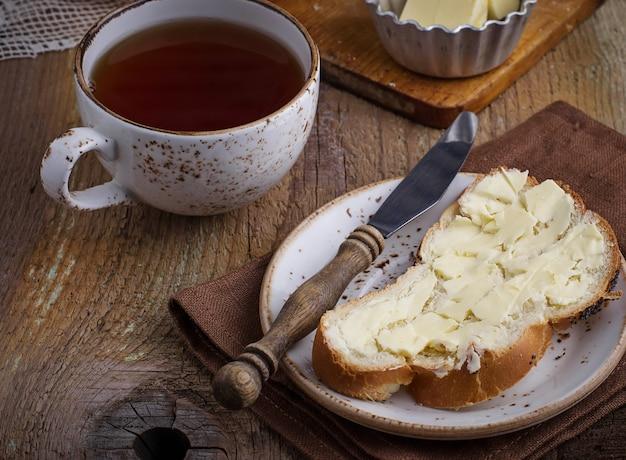 Pain maison au beurre sur fond en bois