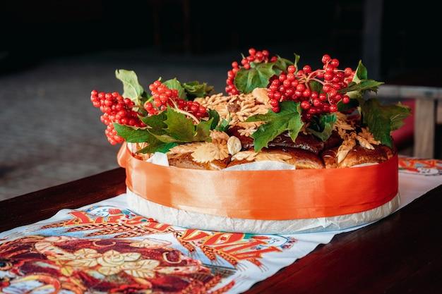 Pain de mariage traditionnel décoré de grappes de viorne rouge
