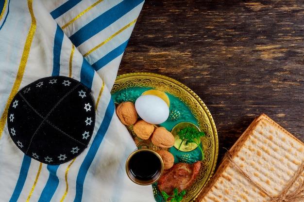 Un pain de matsa juif avec du vin. concept de vacances pascal
