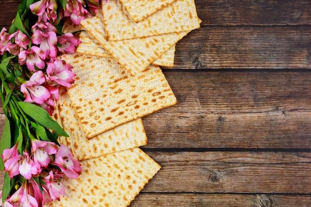 Pain de matsa juif sur fond rustique en bois. concept de vacances de la pâque