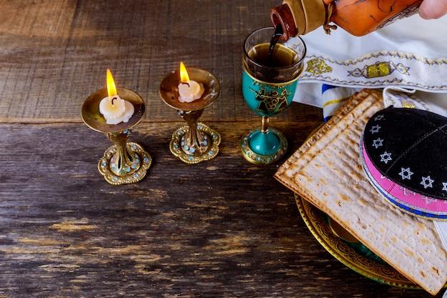 Un pain de matsah juif avec le concept de vacances de la pâque veille du vin