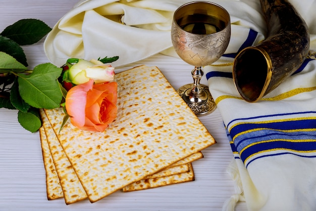 Un pain de matza juif avec du vin. concept de vacances pascal