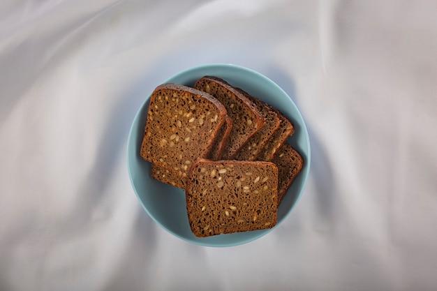 Pain noir aux céréales. produit alimentaire écologique.
