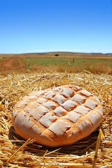 Pain pain rond sur paille de blé doré
