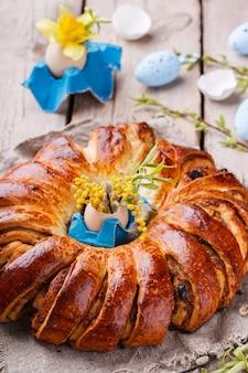 Pain de pâques avec décor d'œufs et fleurs