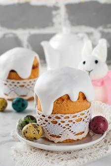 Pain de pâques orthodoxe traditionnel kulich avec des œufs de caille colorés sur une lumière