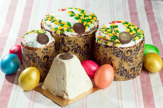 Pain de pâques russe kulich paska décoré d'oeufs de pâques colorés peints