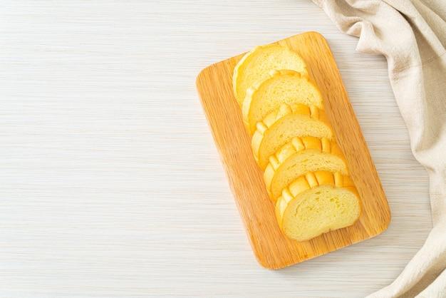 Pain de patates douces tranché sur planche de bois