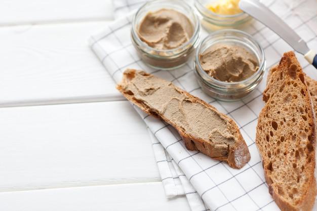 Pain à la pâte et au beurre sur un fond textile.