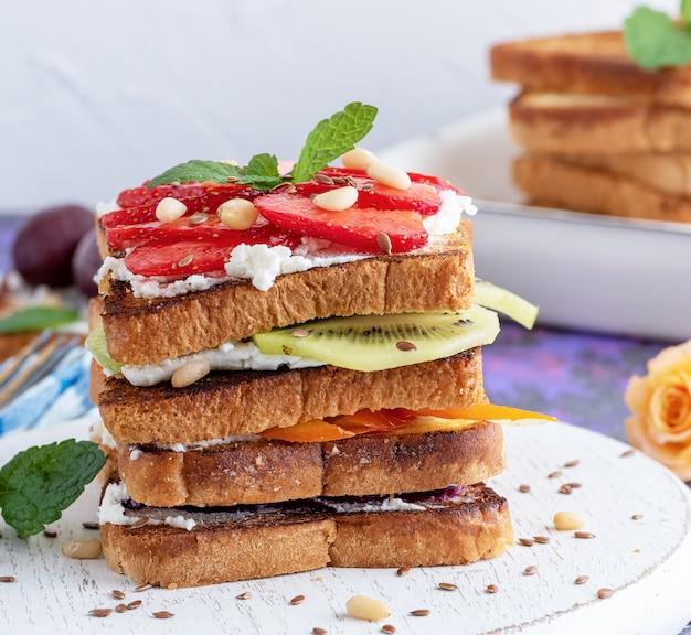 Pain perdu avec du fromage cottage, des fraises, du kiwi et des myrtilles