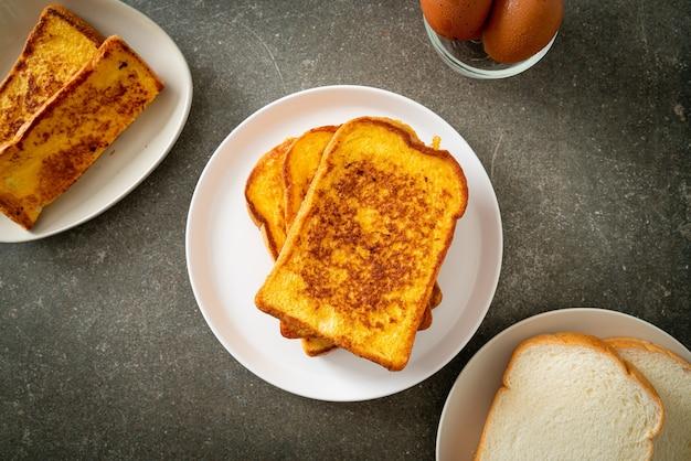 Pain perdu sur plaque blanche pour le petit déjeuner
