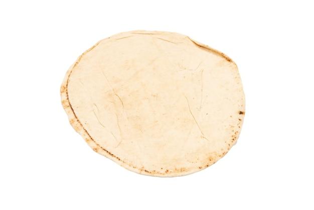 Pain pita grillé isolé sur fond blanc. vue de dessus.