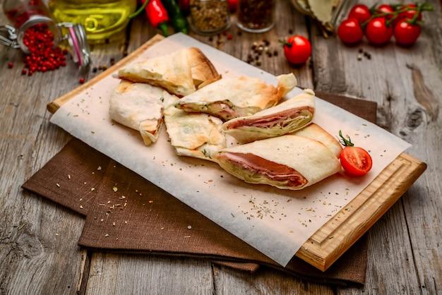 Pain pita sandwich club sain avec fromage et jambon