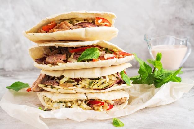 Pain pita à la viande avec sauce au yaourt et feuilles de menthe