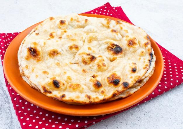 Pain plat au blé entier tandoori roti de indian cuisine