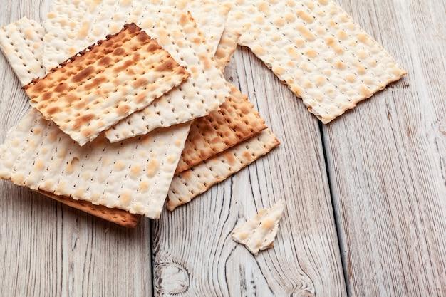 Pain plat à base de pain azyme pour les grandes fêtes juives sur la table