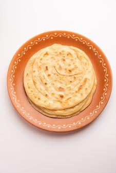 Pain plat indien appelé laccha paratha, composé de couches à base de farine de blé ou de maida