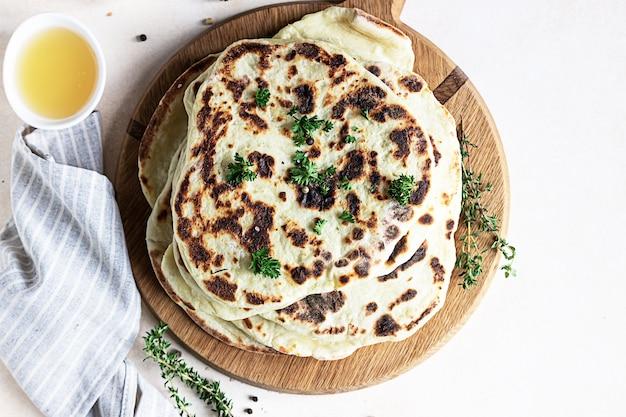 Pain plat indien au persil et à l'huile d'olive