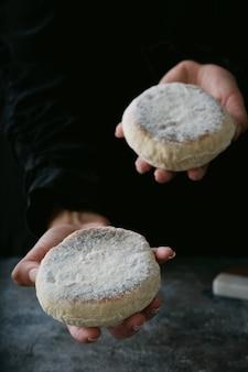 Pain plat traditionnel portugais bolo do caco dans les mains des femmes. mise au point sélective